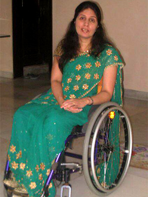 Sunita wearing a bottle green coloured saree with floral patterns on the border and pallu.