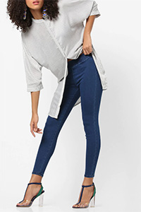 A model wearing a dark shade of ink blue, casual ankle length jeggings.