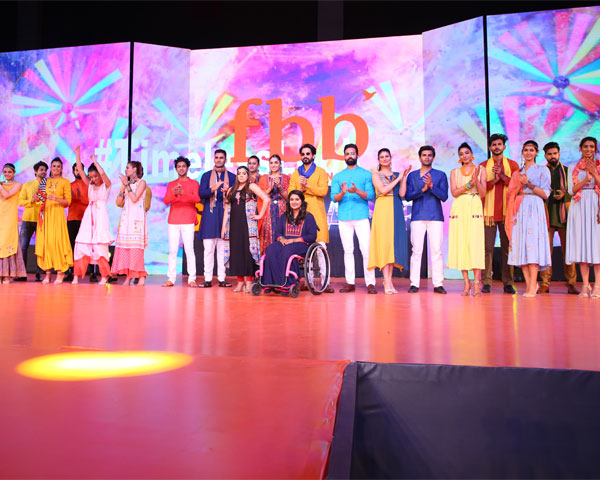 SPARK models along with Virali and Simran on stage for a group photograph.