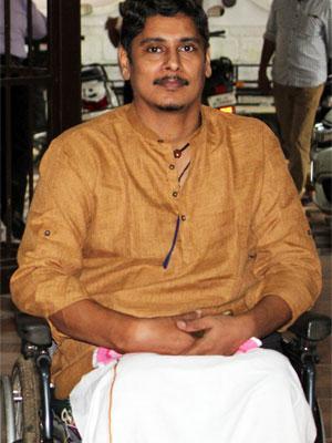 Unni Maxx wearing a sandalwood coloured kurta with long sleeves.
