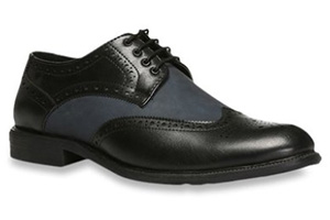 Formal black pure leather shoe with laces.