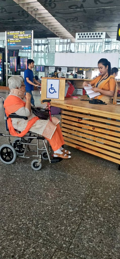 Wheelchair-friendly help desks