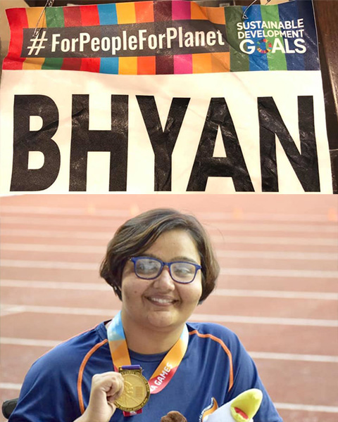 Ekta posing with Asian Para Games medal