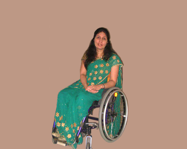 Sunita is wearing a bottle green coloured saree with floral patterns on the border and pallu