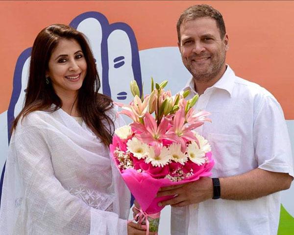 Urmila Matondkar with Rahul Gandhi holding flowers