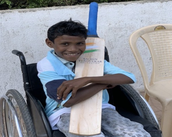 Maddaram holding bat gifted by Sachin