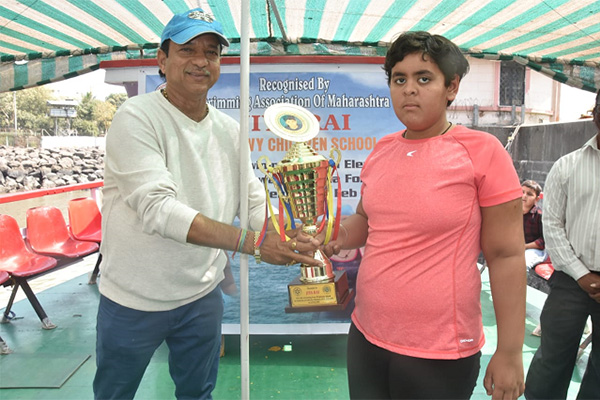 Jiya being felicitated with a trophy.