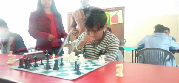 Sonu Bisht, a physically disabled chess player.