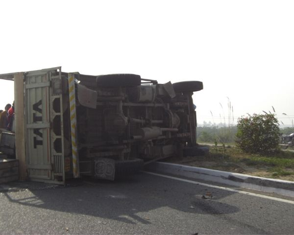 Image of an overturned truck on the road