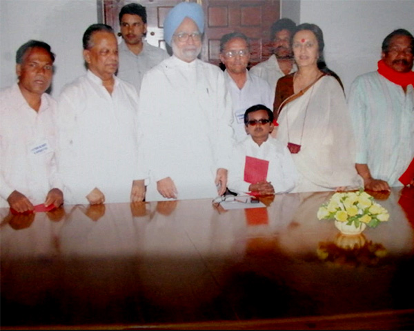 Sailen Chowdhury, standing to the left of former PM Manmohan Singh, CPI(M)leader Brinda Karat and members of NPRD at a meeting in 2010.