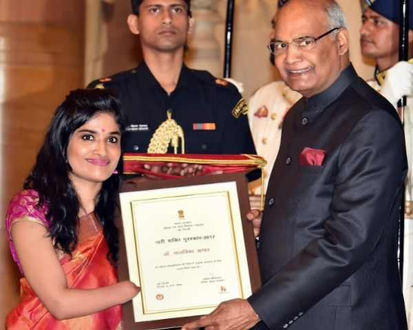 Dr Malvika Iyer receiving an award from persident Ram Nath Kovind