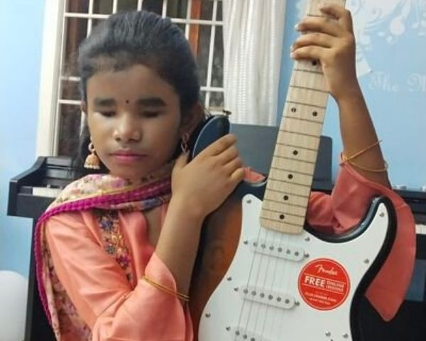 Sahana Nirren playing a guitar
