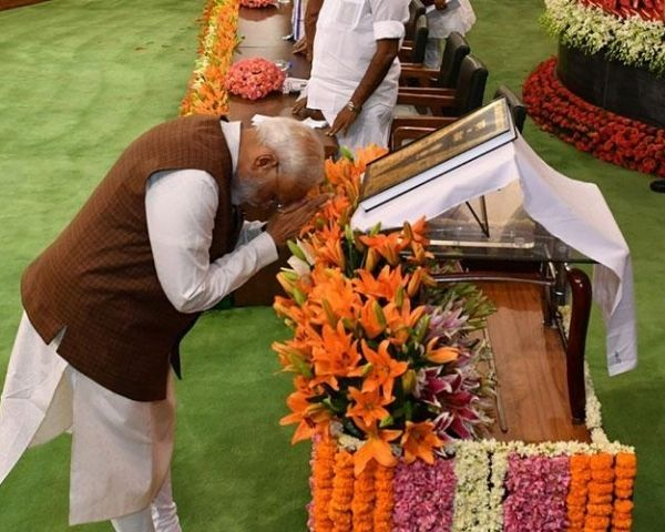 PM Modi praying
