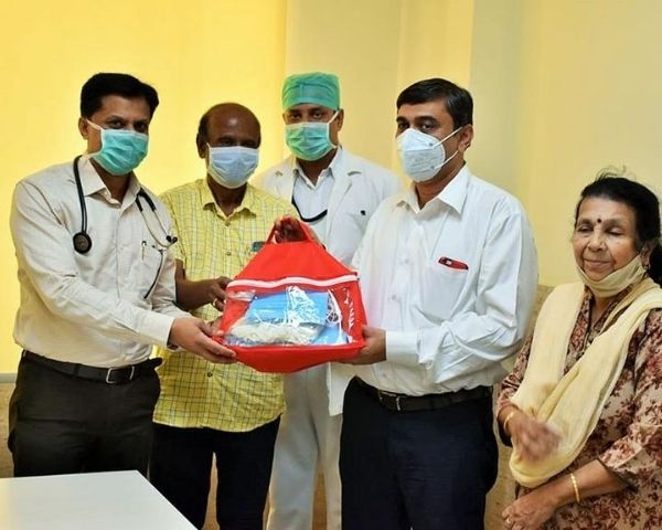 mahantesh handing over PPE kits